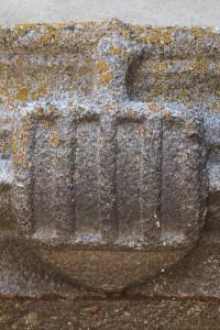 Parthenay, église Saint-Laurent, portail du bas-coté nord, armoirie