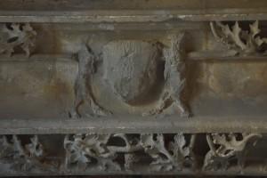 Cheminée de l'Hotel Hérbert, détail de l'écusson. Poitiers, réserves du Musée Sainte-Croix.
